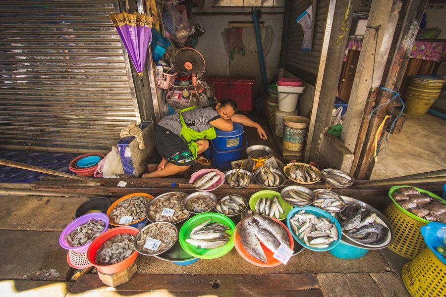 Bangkok train market vendors