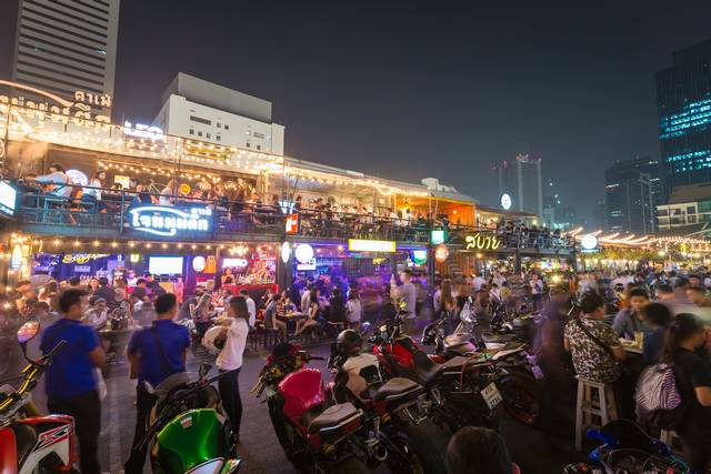 Rot Fai Night Market - Bangkok Travel Guide